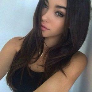 צעירה יפיפייה בדירה בחיפה