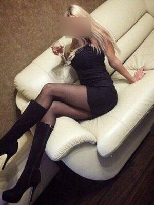 בחורה יפיפייה מזמינה אותך לפגישה