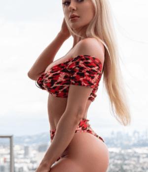 אמיליה – בלונדינית סקסית במיוחד